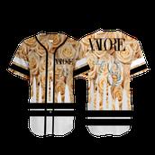 La camiseta: El marron y negro y blanco