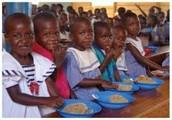 Niñas comen comida saludable el la escuela.