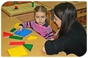 Психолог проводит занятие с ребенком.