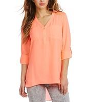 La camisa rosa cuesta $50.00.