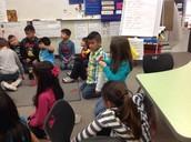 Los alumnos trabajando con parejas.