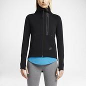 chaqueta para mujer Nike , $99 dólares.
