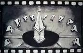 """Pañuelos de tela blanca, simbolizando los """"pañales"""" de los bebes desaparecidos"""