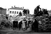 Москвичи строят баррикады на Можайском шоссе. 1941 г.