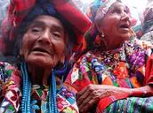 Mujeres vestidas de ropa para el festival