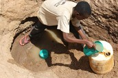 un hombre recoger agua por su familia