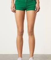Los pantalones cortos verde cuestan $10 dólares.