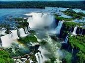 La cantidad de agua que transporta un río se denomina CAUDAL.