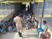 Los niños recibiendo charlas.