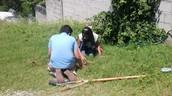 Niños plantando.