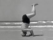 בן גוריון עושה עמידת ראש בחוף הים בתל אביב....