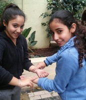 תלמידי כיתה ו מודדים דופק לאחר פעילות גופנית