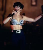 Selena en el bustier