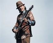 Carlos Santana con su guitarra.