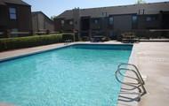 Saltar en la piscina fresca