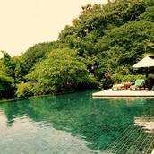 La piscina (nadar o relajarse)