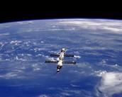 לוחות סולאריים על לווין