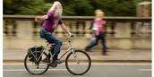 Man fährt einen Rad