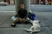 Una gente sin hogar necesita comida y dinero.