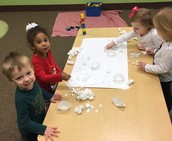 The kids make a snow collage on sticky paper.