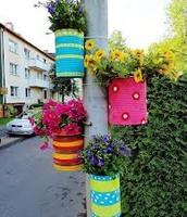 שימוש בפחיות ישנות לקישוט מנורות רחוב