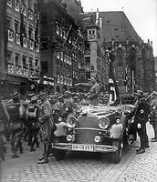 היטלר נוסע באוטו