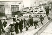 Москвичи на строительстве баррикад на окраине города. 1941 г.