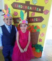 Niños posando con su sombrero.