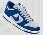 Los zapatos azul y blanco cuesta $100 dólares.