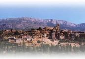 vista panorámica de àger con el Montsec detrás