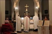 כמרים עורכים טכס נוצרי בכנסיה