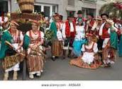 actividades;las mujeres en libia  se visten con el llamado barracano.un traje largo de la cabeza a los pies.