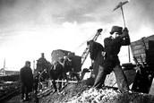 Рабочие и служащие на очистке железнодорожных путей. 1943 г.