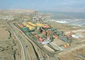 """תמונה אווירית של המפעל """"כיל"""" ורכבות שמובילות את הסחורה לנמל אשדוד"""