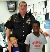 Police Officer helps Homless Family get back on their Feet: Always Help someone No matter What