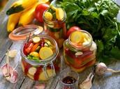 ירקות שונים כבושים מלאים בערכים תזונתיים