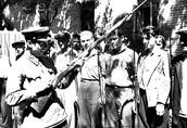 Командир подразделения Н.Н.Бушуев объясняет ополченцам устройство винтовки. 1941 г.