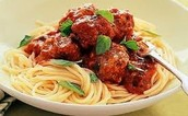 la pasta y salsa de roja y la albóndiga