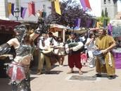 Desfiles y obras de teatro.