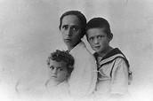 יצחק רבין, אחותו רחל, ואמו רוזה