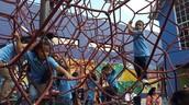 Niños disfrutando del juego.