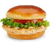 el sándwich de pollo con papitas