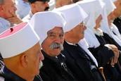 """לבוש גבר דרוזי מסורתי - לפה אלעמאמה ומעל """"חטה""""."""