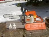 ¿Necesitas cortar en árbol? ¿Quieres cortar un agujero grande en la hielo? No mientes, sé que quieres la sierra mecánica. Usas un sierra mecánica!