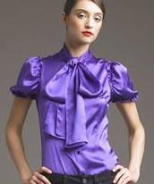 la blusa esta hcech de seda y morado.