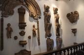 """São esculturas e partes de uma igreja que foi """"destruida"""" ."""