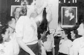 """פעילות תנועת נוער בגטו לודג'- בתמונה רחל ביהם הייתה חברה באיחוד תנועות הנוער הציוניות """"חזית דור בני המדבר"""""""