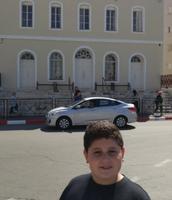 אני וברקע בית הכנסת