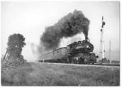 רכבת קיטור הנוסעת על פסי ברזל