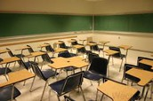 Los ninos tienen escritorios en las clases